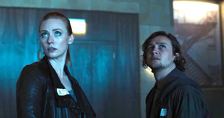 Escape Room: Deborah Ann Woll e Logan Miller in una scena del film