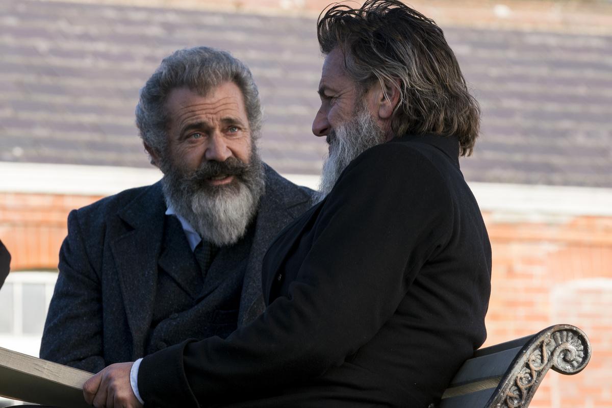 Il professore e il pazzo: Mel Gibson con Sean Penn in una scena