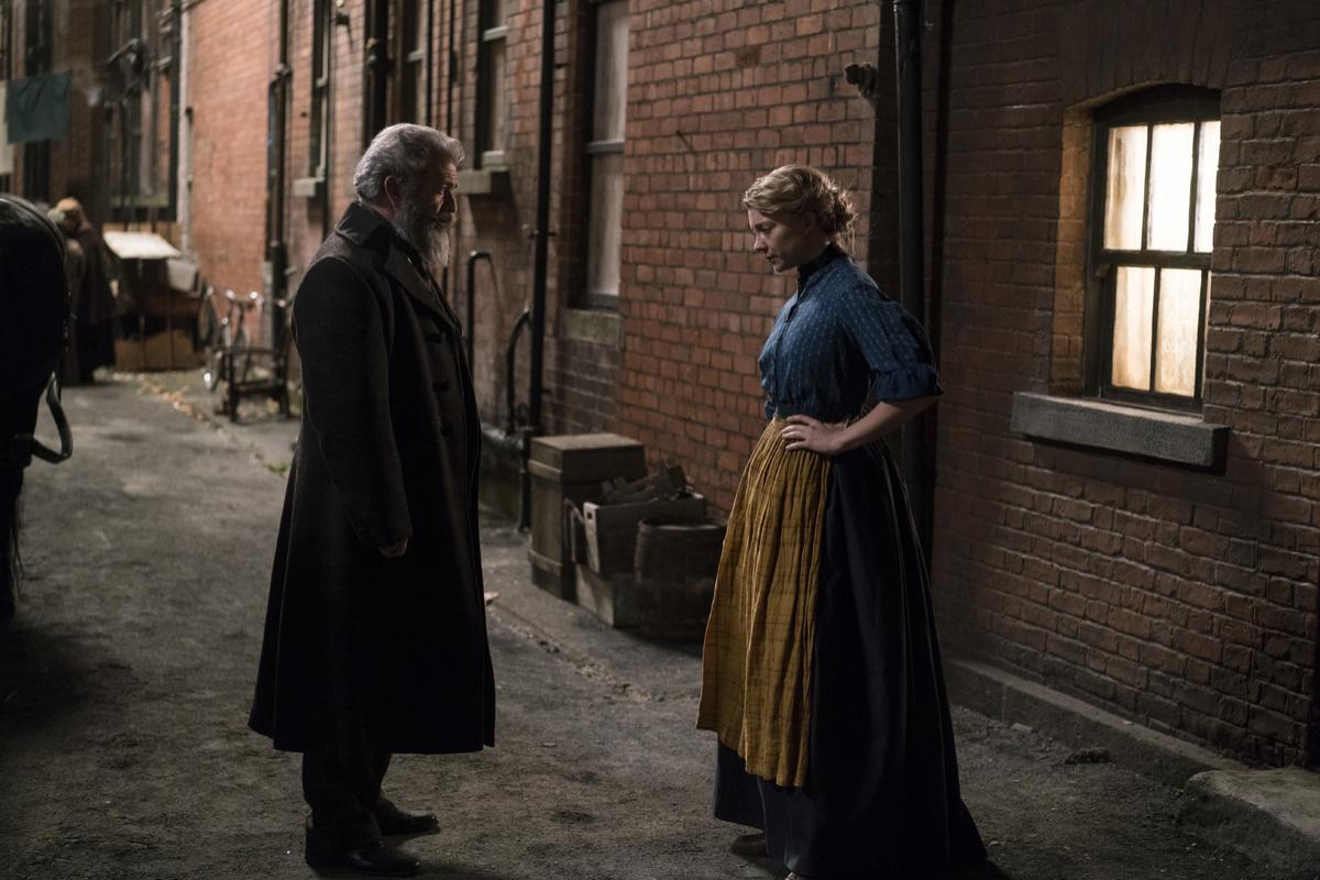 Il professore e il pazzo: Mel Gibson e Natalie Dormer in una scena