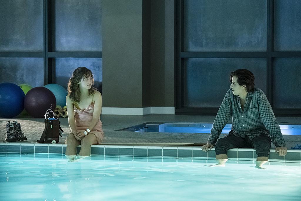 A un metro da te:  Cole Sprouse e Haley Lu Richardson  in una scena