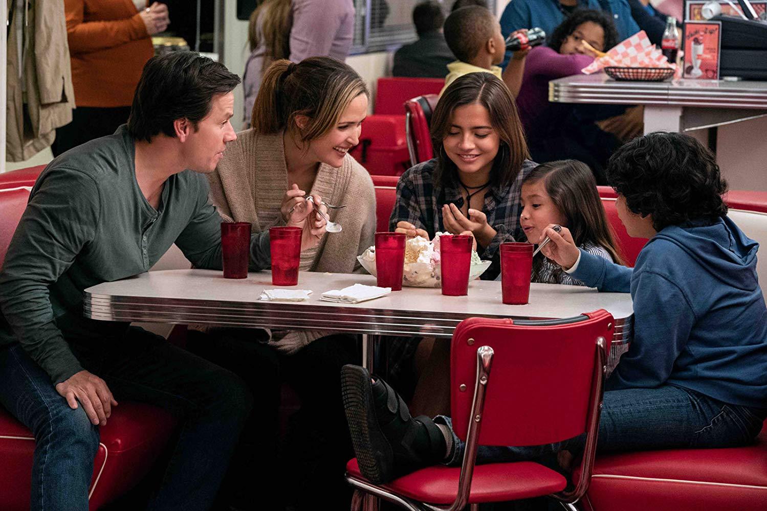 Instant Family: Mark Wahlberg, Rose Byrne, Gustavo Quiroz, Isabela Moner e Julianna Gamiz in una scena