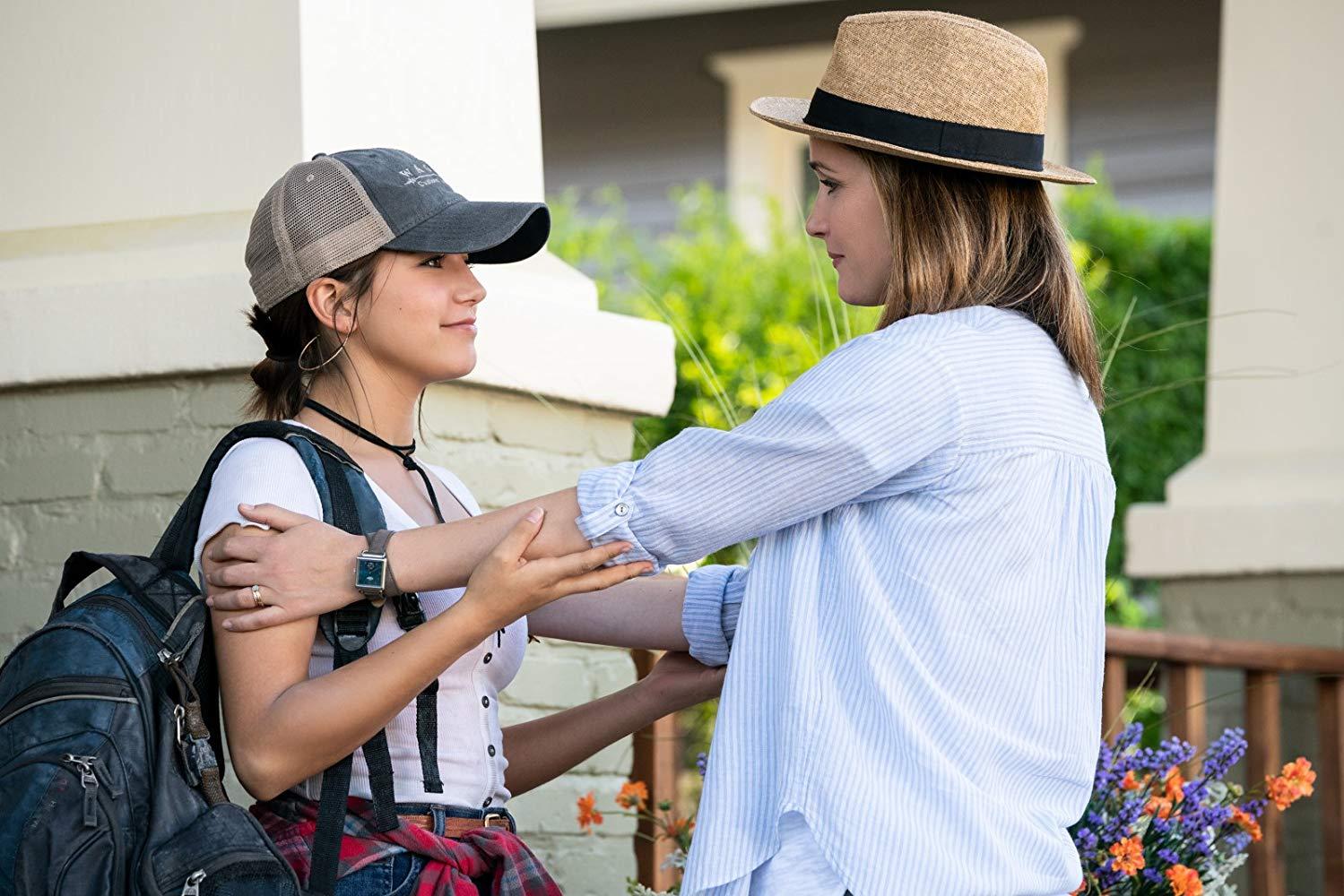 Instant Family: Rose Byrne, Isabela Moner in un momento del film