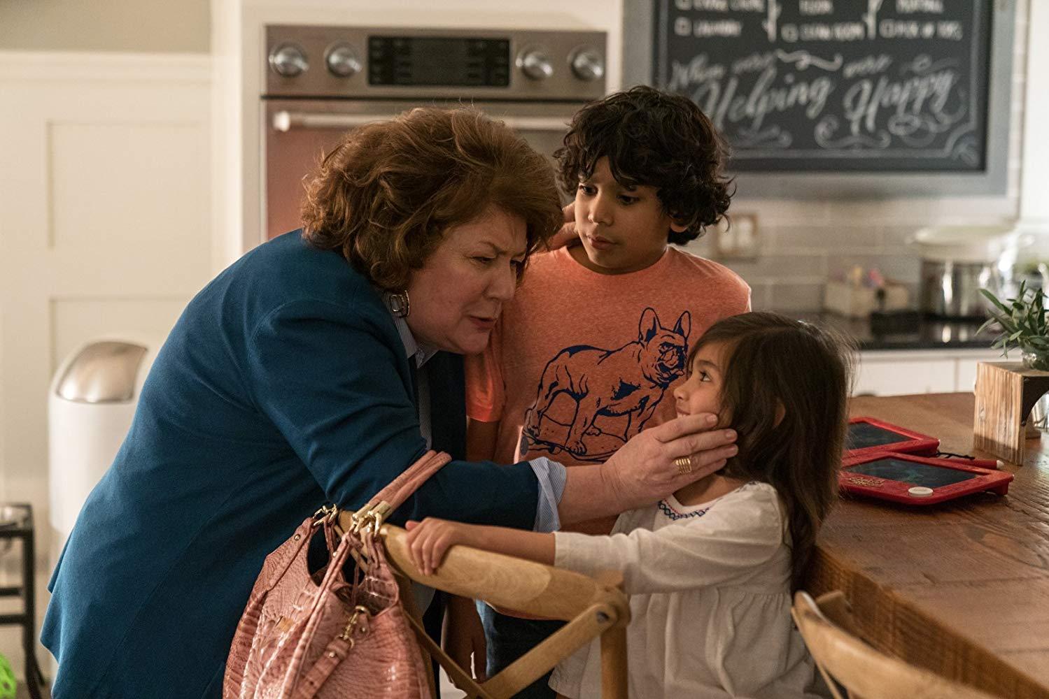 Instant Family: Margo Martindale, Gustavo Quiroz, Julianna Gamiz in una scena