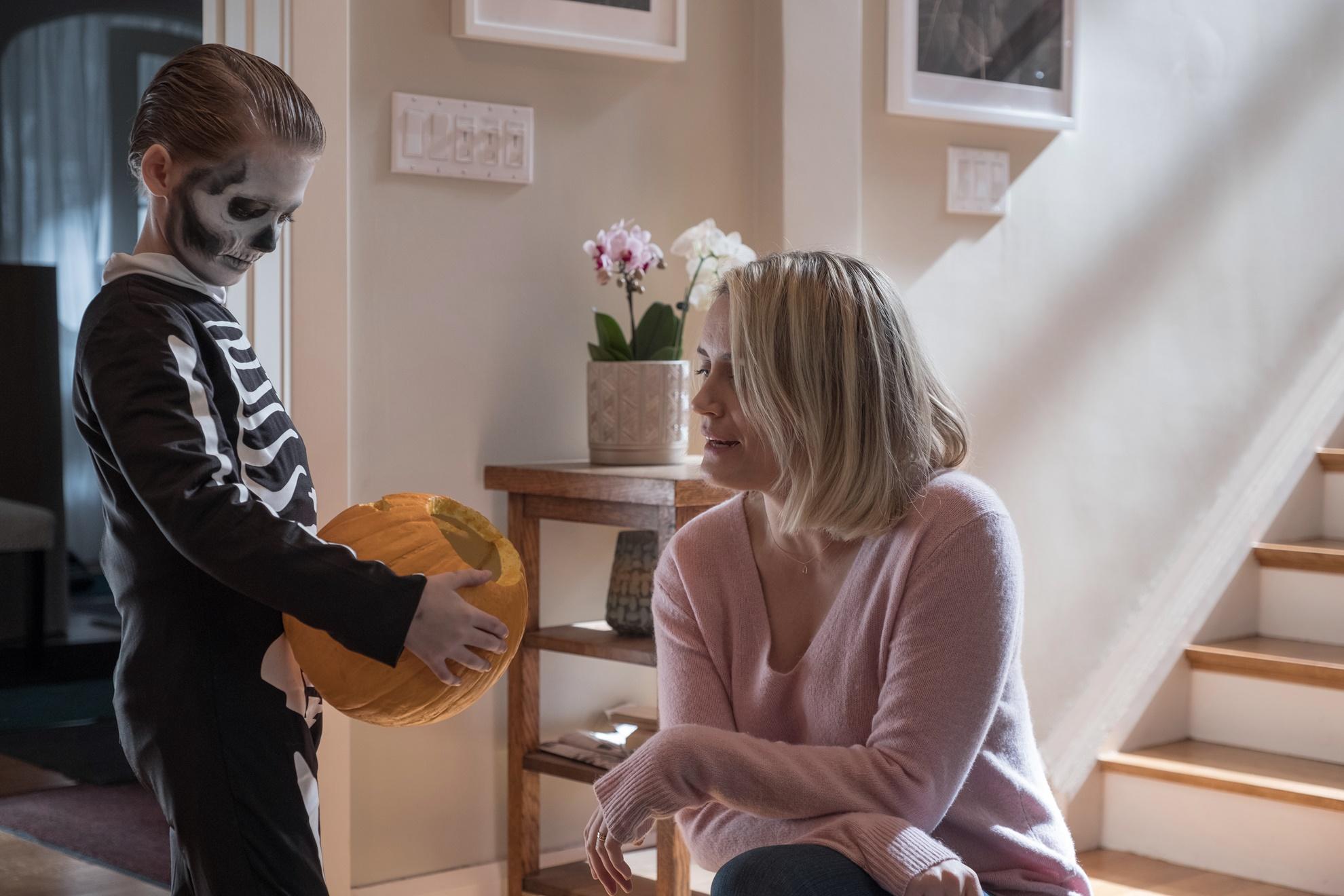 The Prodigy - Il Figlio del Male: Jackson Robert Scott  insieme a Taylor Schilling in una scena del film