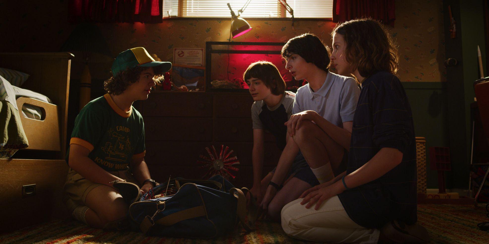 Stranger Things: Millie Bobby Brown, Noah Schnapp, Finn Wolfhard,  Gaten Matarazzo, in una scena della terza stagione