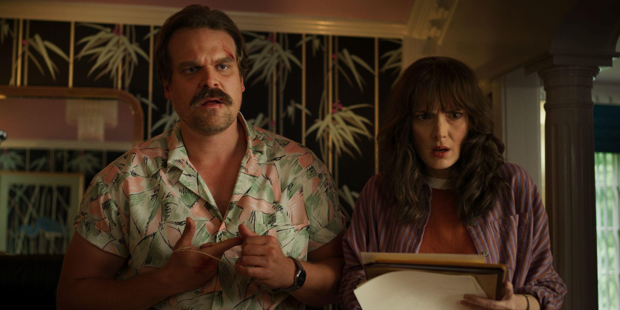 Stranger Things: Winona Ryder e David Harbour in una scena della terza stagione