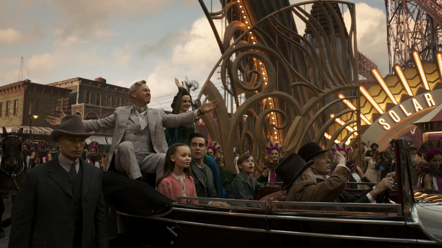 Dumbo: Michael Kean, Eva Green e Colin Farrell in una scena del film