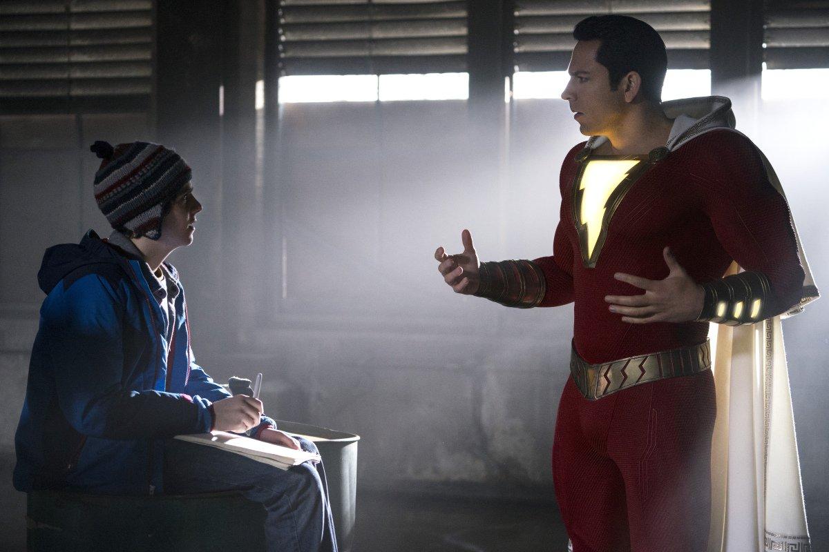 Shazam!:Jack Grazer e Zachary Levi in una scena del comic-movie