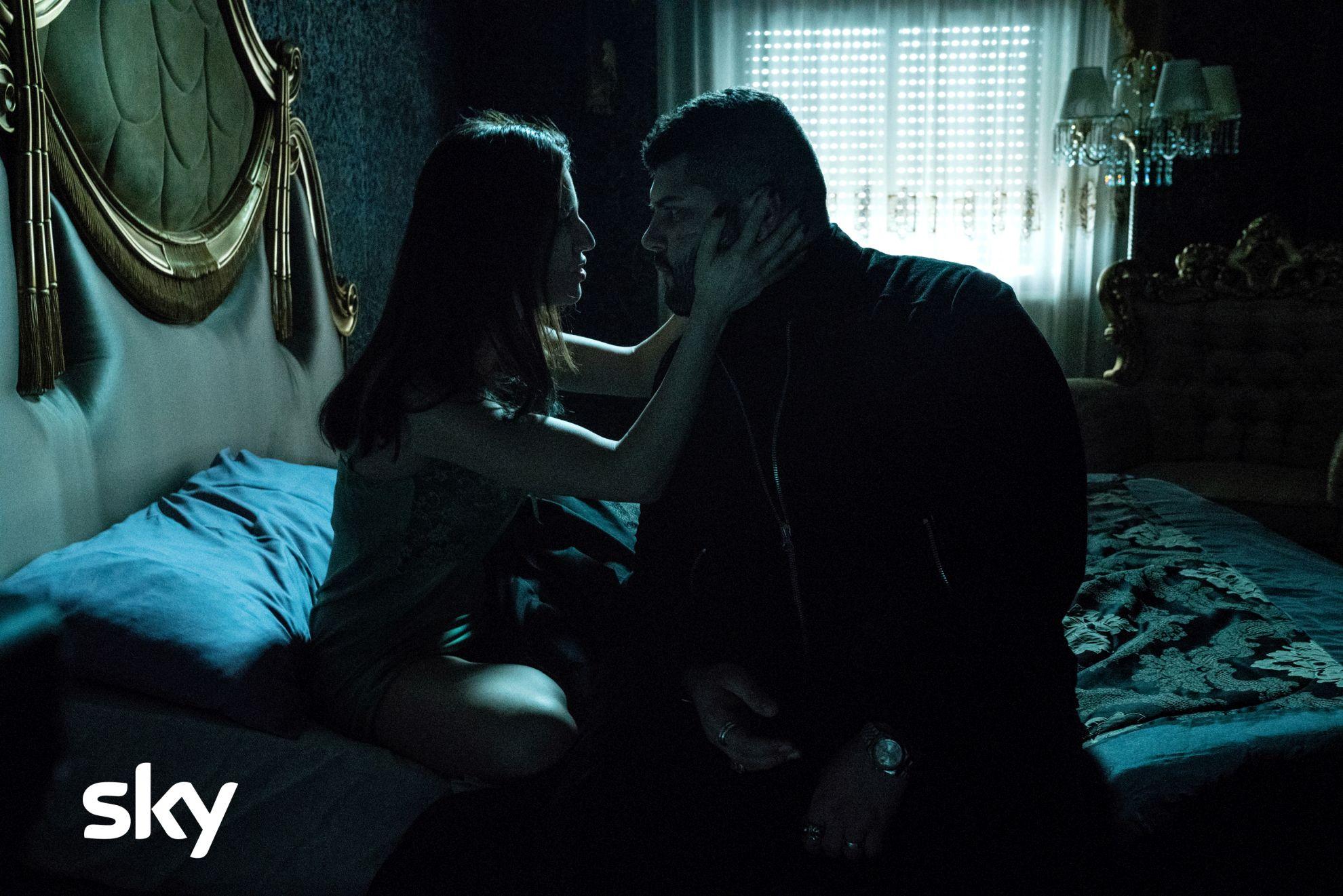 Gomorra: Ivana Lotito e Salvatore Esposito in una scena del primo episodio della quarta stagione