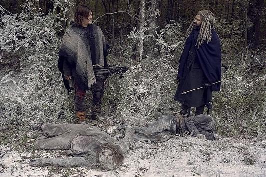 The Walking Dead: Norman Reedus e Khary Payton in una scena dell'episodio La Tempesta