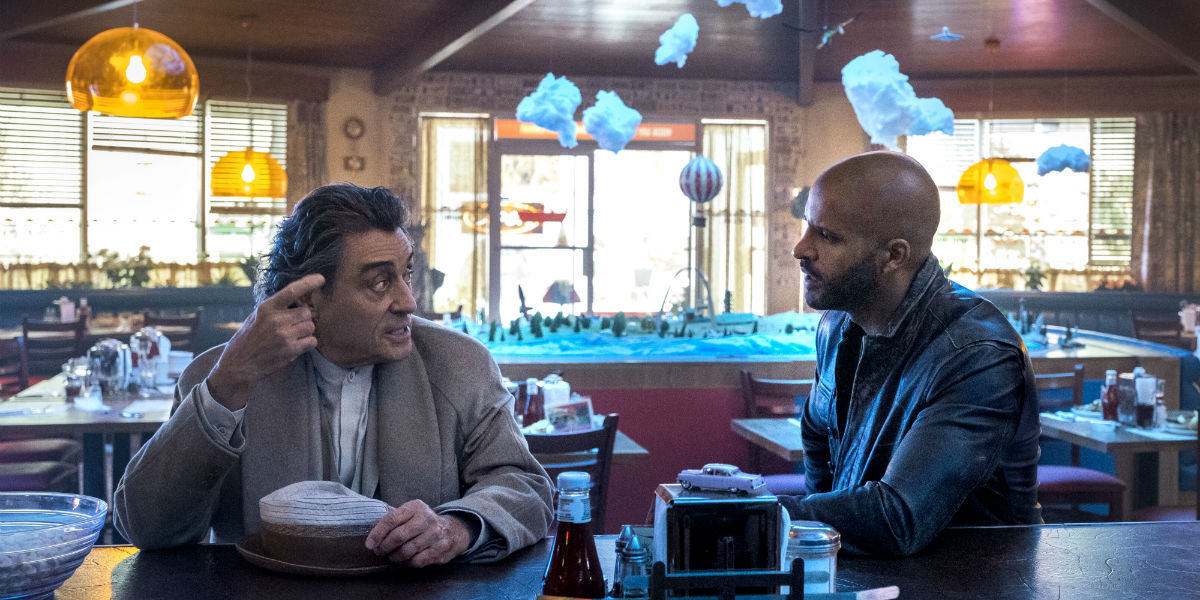 American Gods: Ricky Whittle e Ian McShane nell'episodio The Greatest Story Ever Told