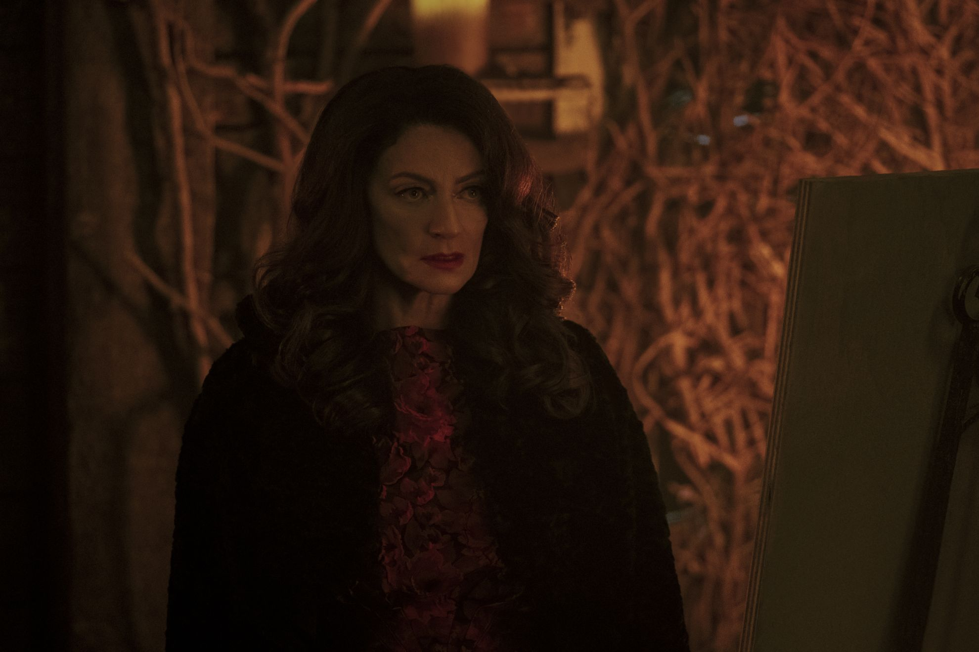 Le terrificanti avventure di Sabrina: Michelle Gomez in una scena della seconda stagione