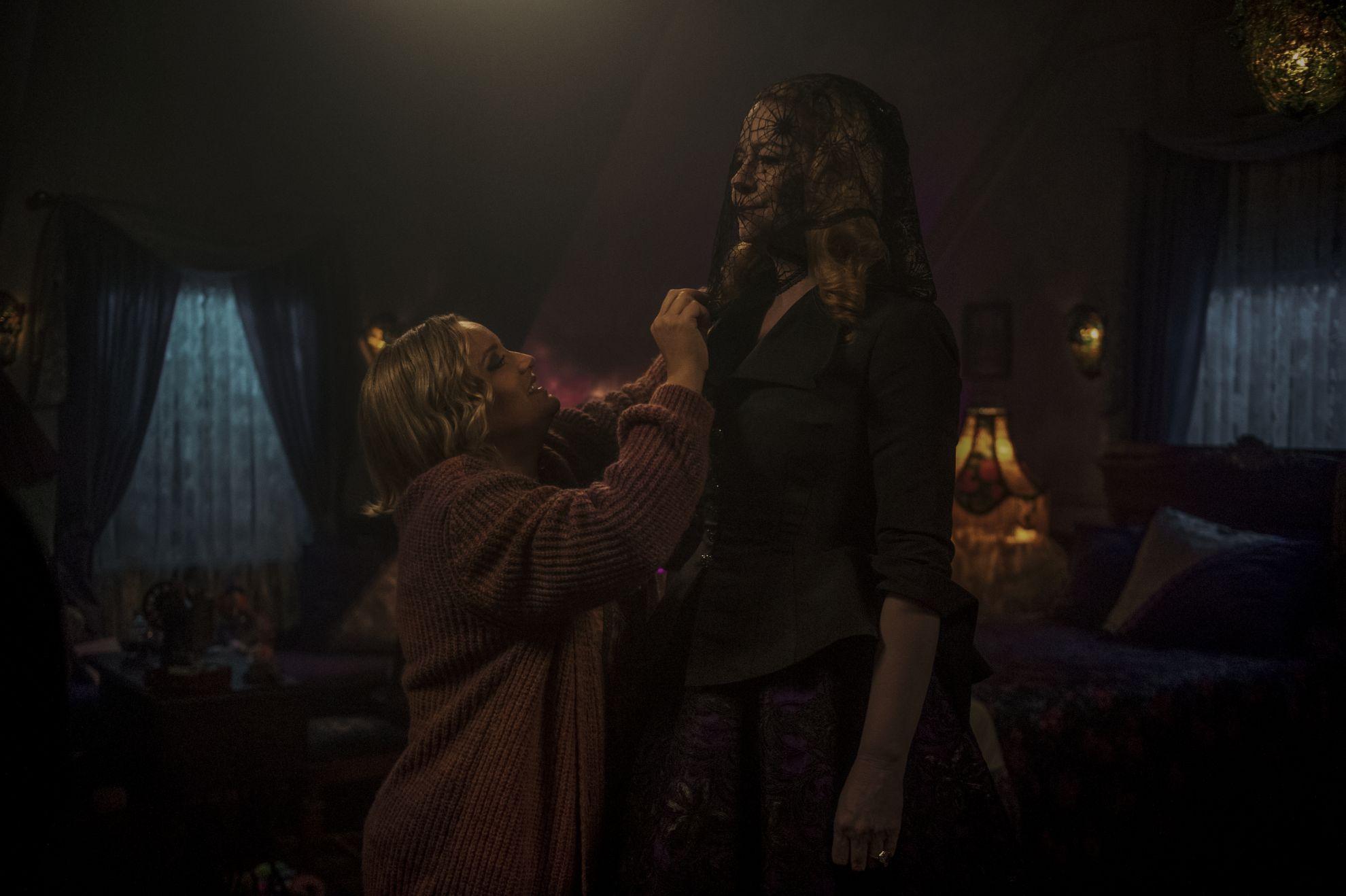 Le terrificanti avventure di Sabrina: Miranda Otto e Lucy Davis in una scena della seconda stagione