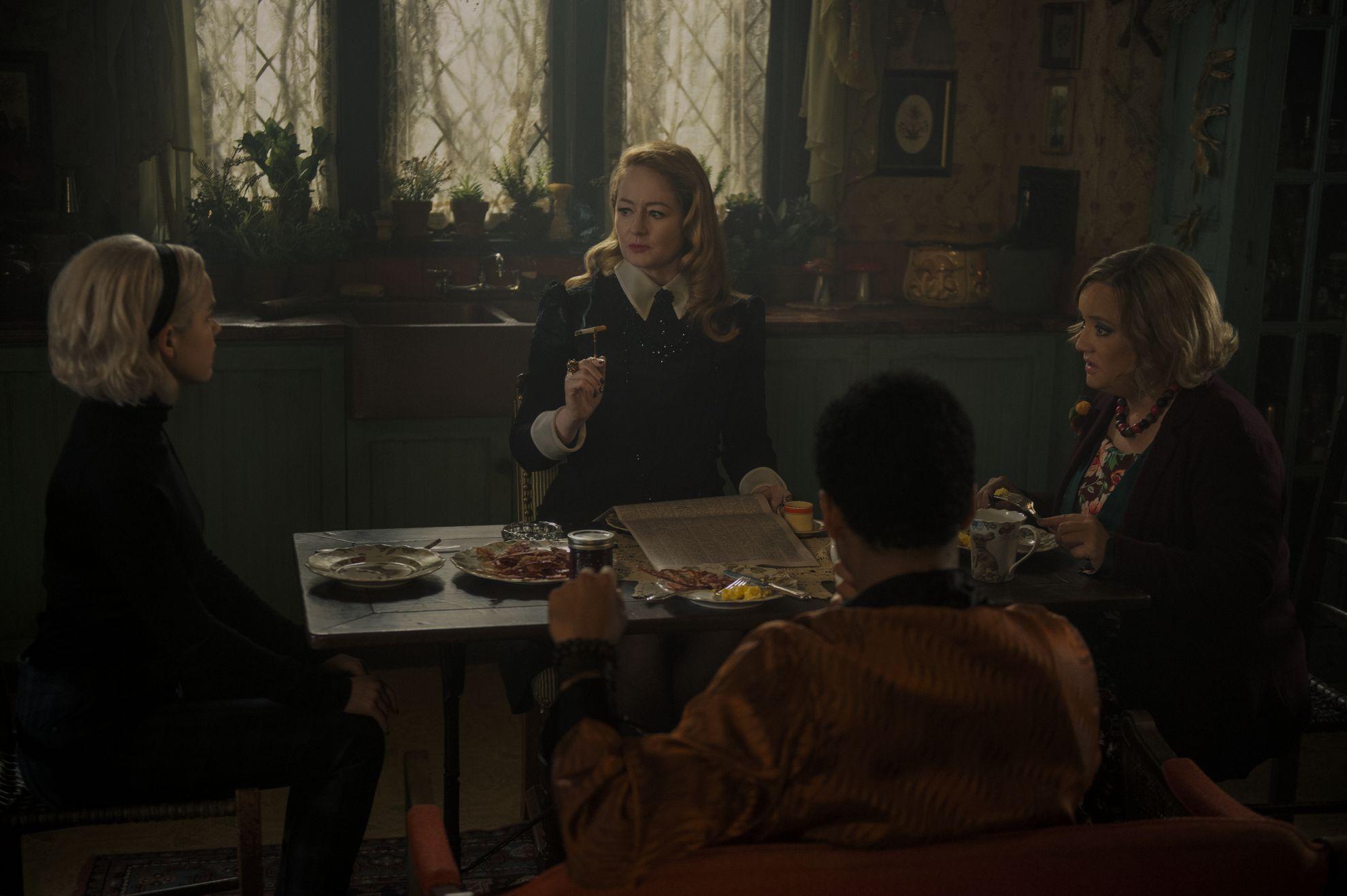 Le terrificanti avventure di Sabrina: Kiernan Shipka, Miranda Otto, Chance Perdomo e Lucy Davis in una scena della seconda stagione