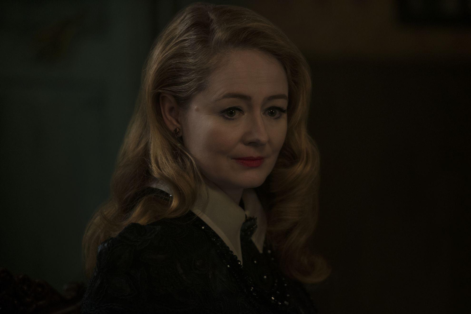 Le terrificanti avventure di Sabrina: Miranda Otto in una scena della seconda stagione