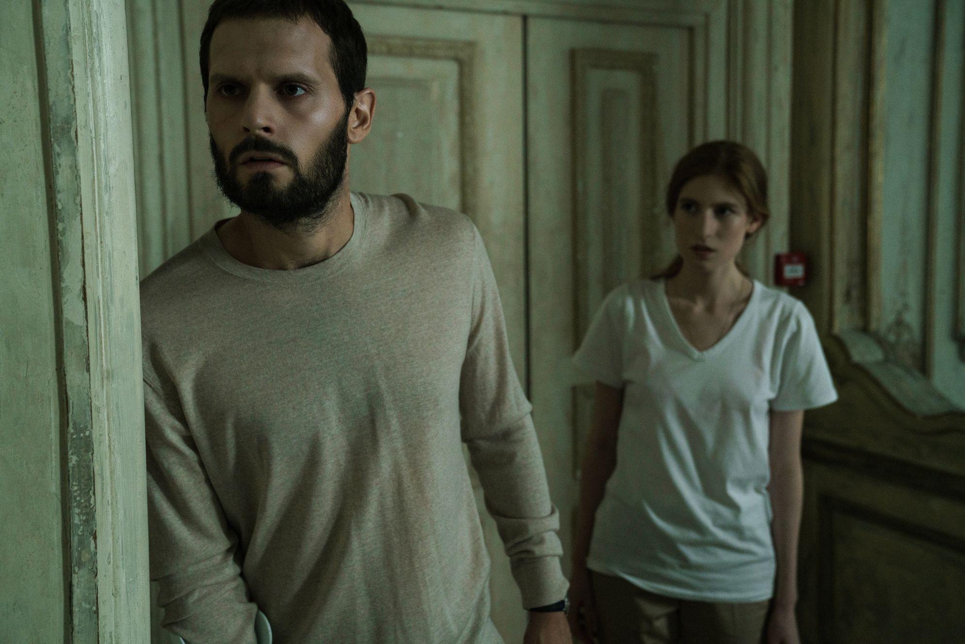 Osmosis: Agathe Bonitzer, Hugo Becker in una scena della serie