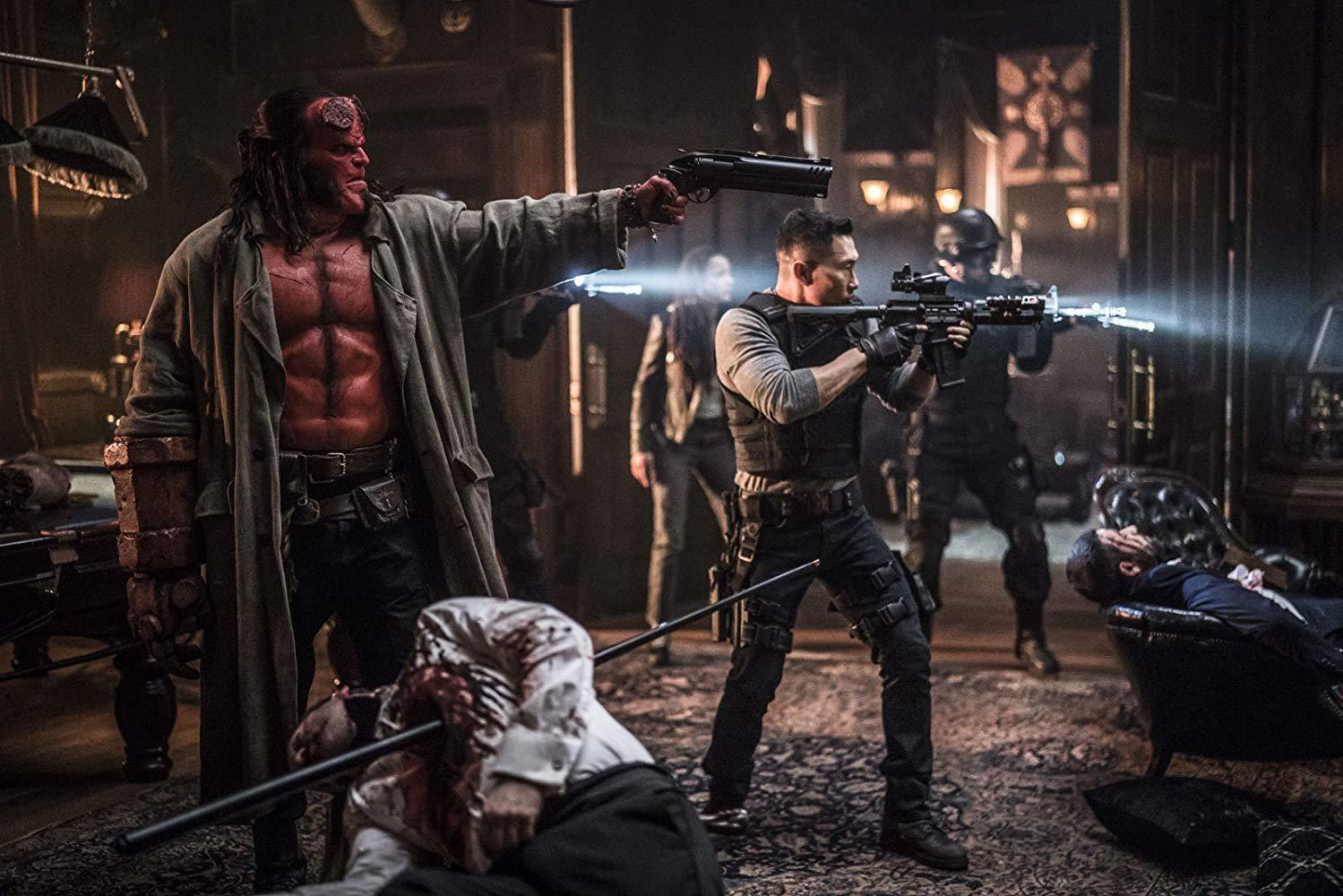 Hellboy: Daniel Dae Kim  e David Harbour in una scena del film