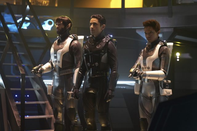 Stark Trek Discovery: Sonequa Martin Green e Ethan Peck in una scena dell'episodio Through the Valley of Shadows