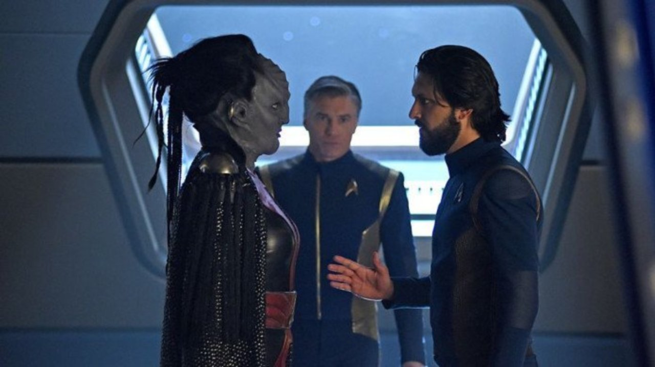 Stark Trek Discovery: Mary Chieffo e Shazad Latif in una scena dell'episodio Through the Valley of Shadows
