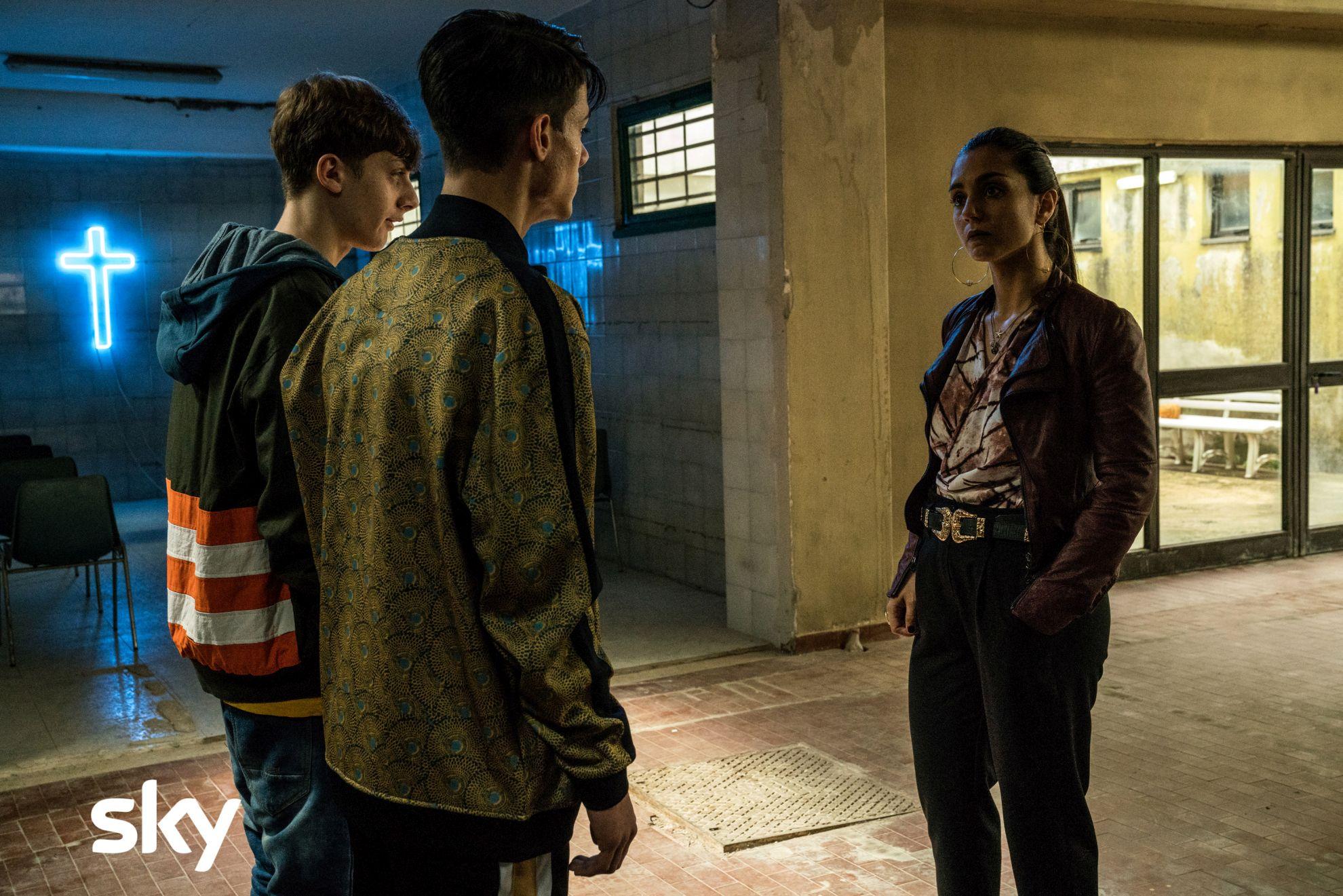 Gomorra - La Serie: una scena di gruppo con Cristiana Dell'Anna nel terzo episodio, quarta stagione