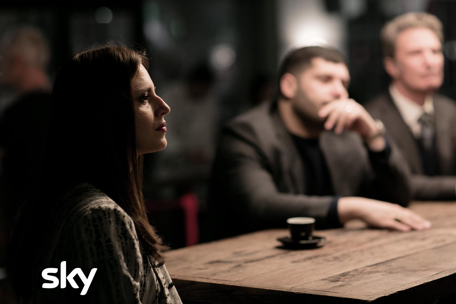 Gomorra - La Serie: Ivana Lotito e sullo sfondo Salvatore Esposito, quarto episodio della quarta stagione