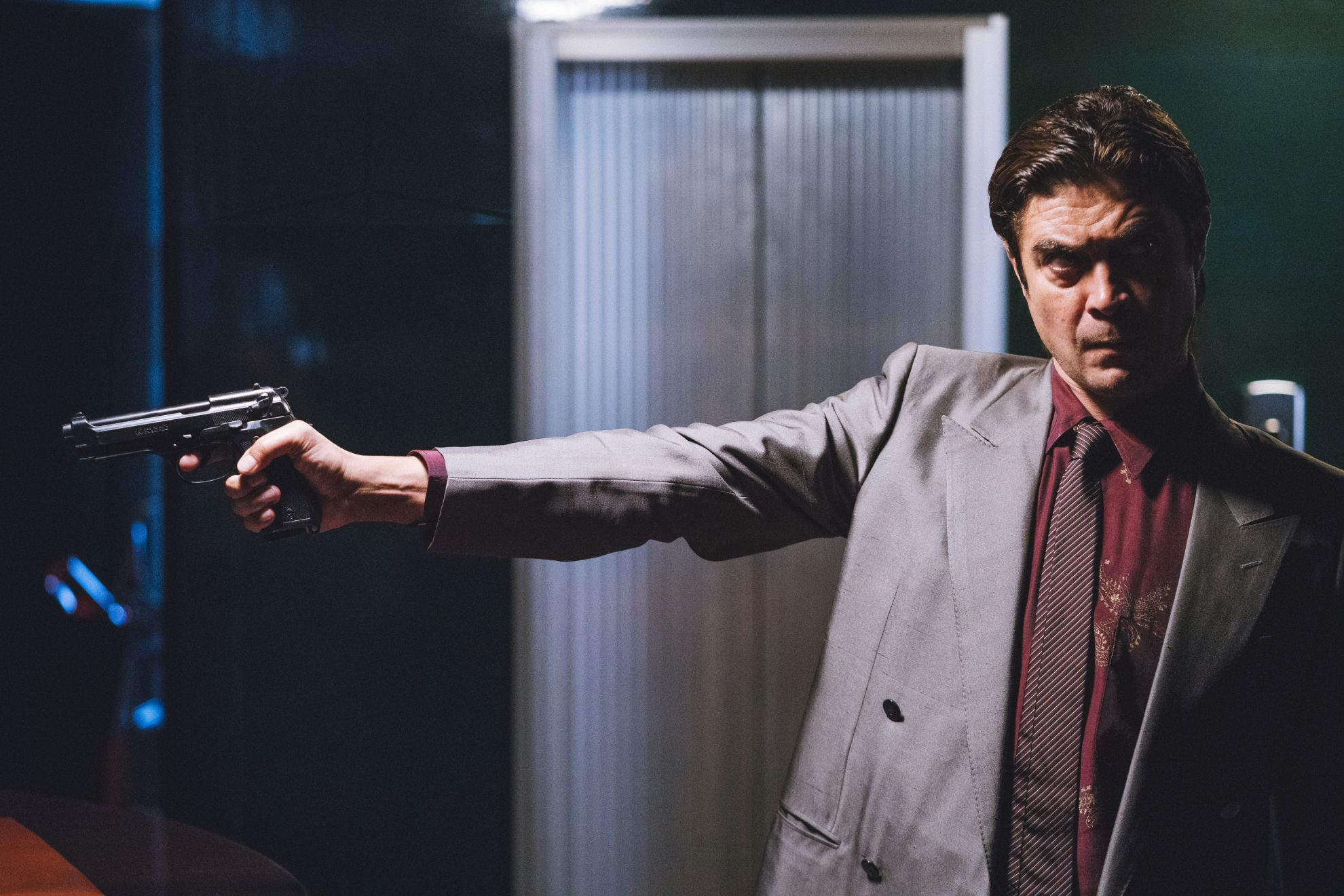 Lo Spietato: Riccardo Scamarcio in una scena d'azione