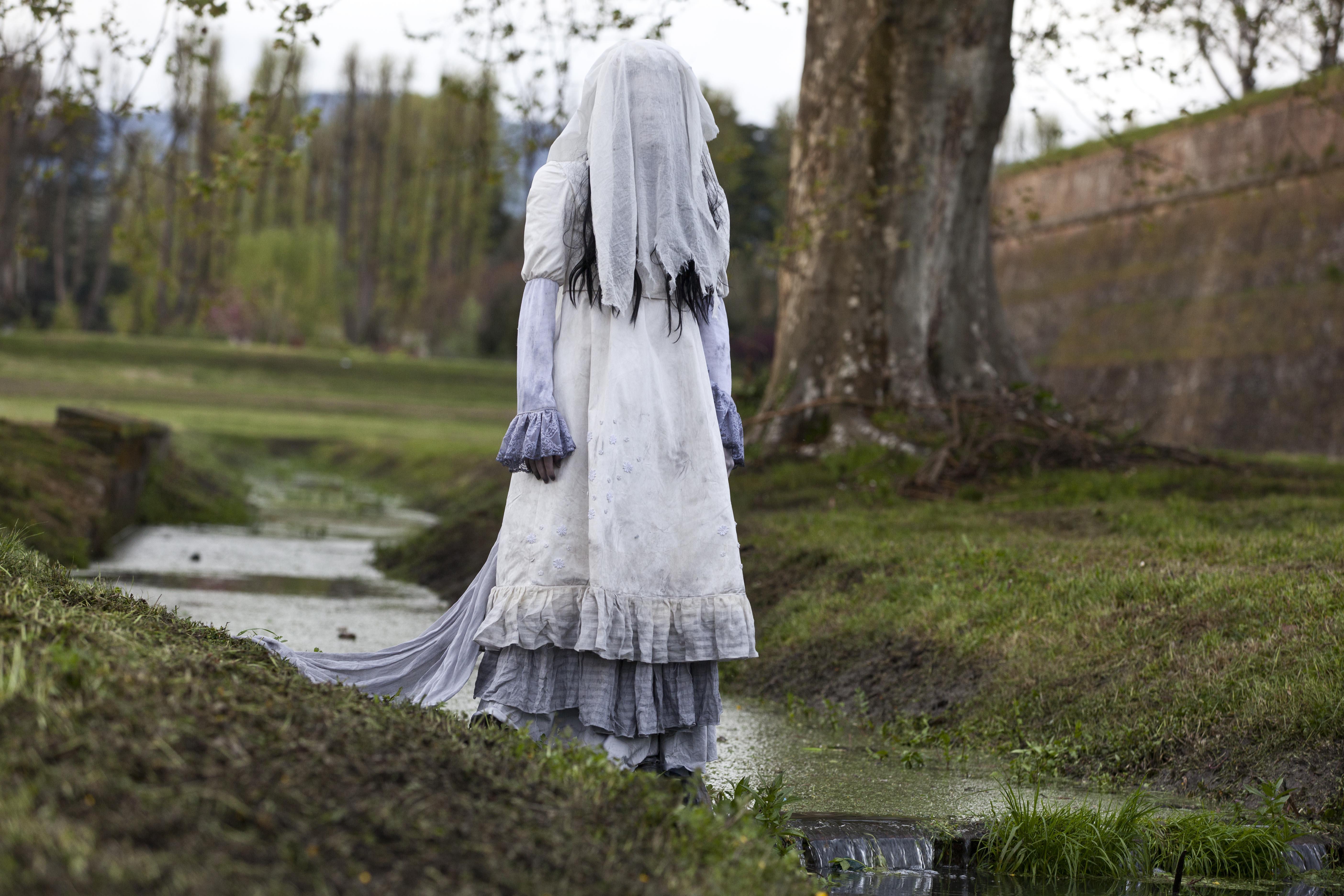 La Llorona - Le lacrime del male, la donna che piange in una foto scattata a Lucca