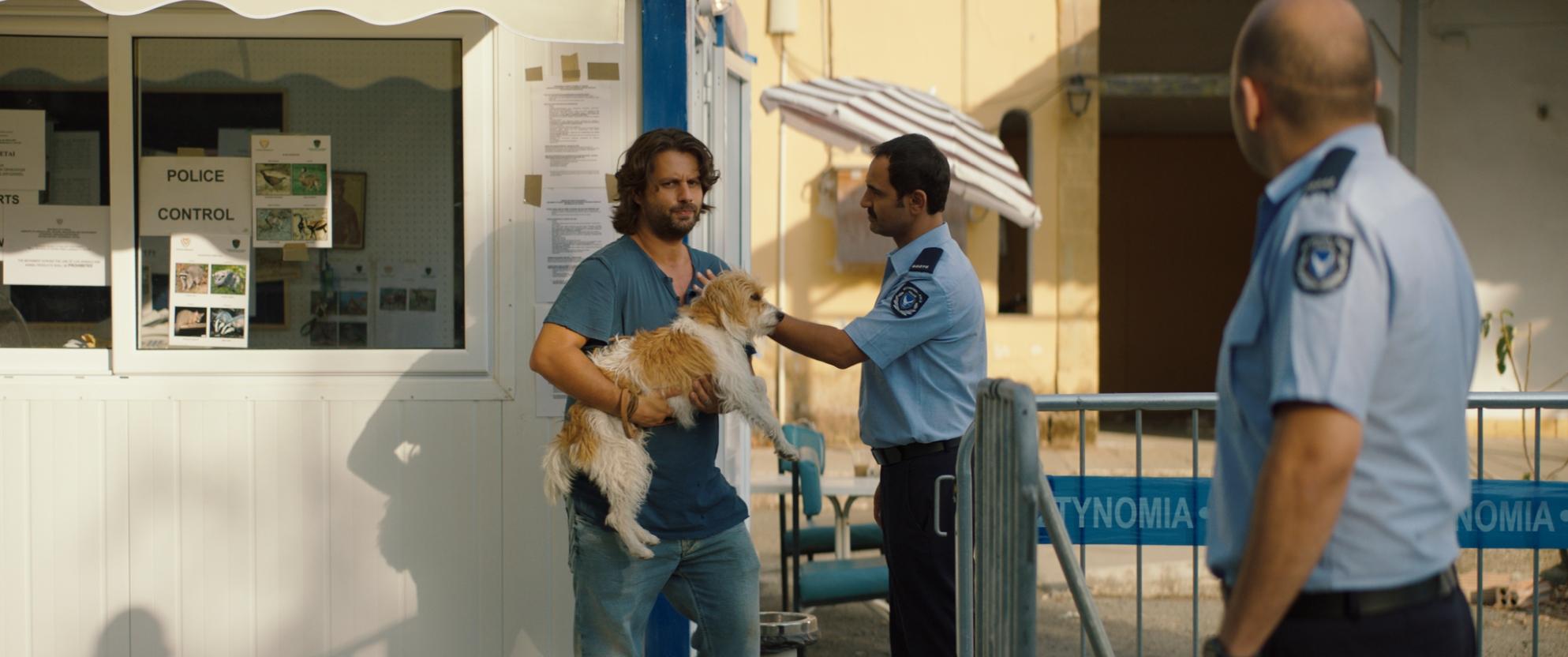 Torna a casa Jimi! 10 cose da non fare quando perdi il tuo cane a Cipro: una scena del film di Marios Piperides