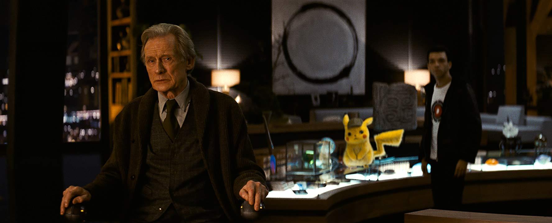 Detective Pikachu: Bill Nighy e Pikachu in una scena