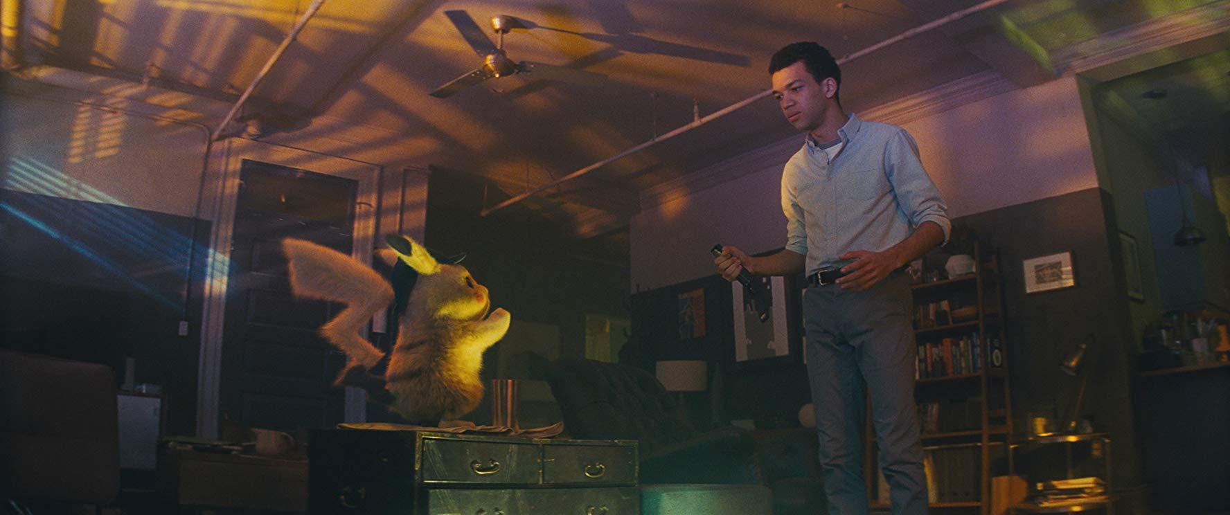 Detective Pikachu: Justice Smith in una sequenza del film
