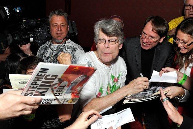 Stephen King - Maestro dell'horror: King circondato dai suoi fan