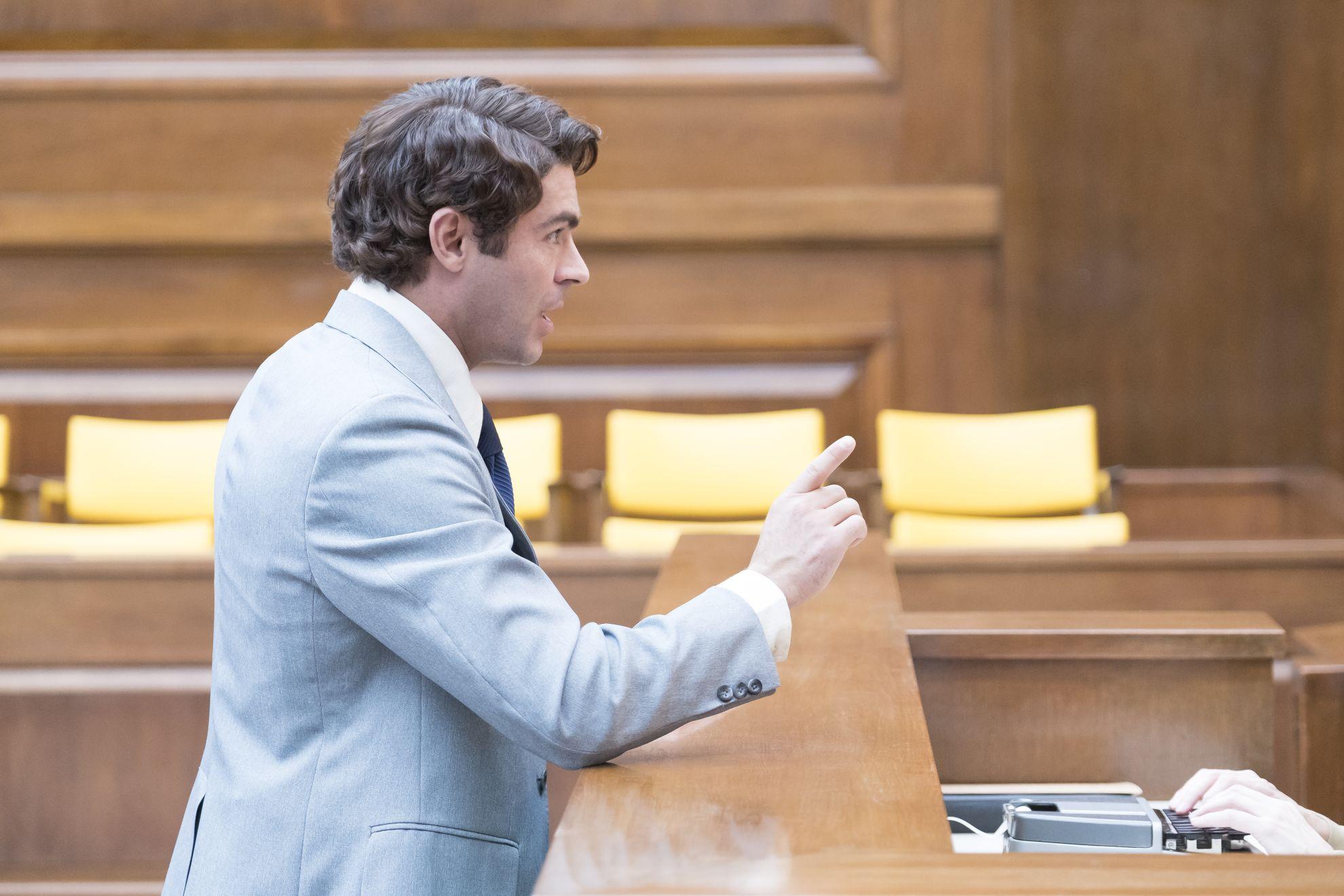 Ted Bundy - Fascino Criminale: Zac Efron interpreta Ted Bundy in una scena del processo