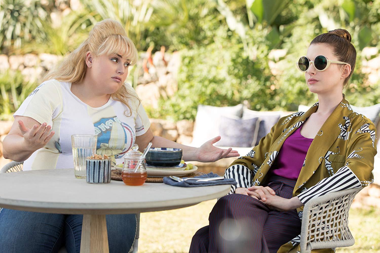 Attenti a quelle due: Anne Hathaway con Rebel Wilson in una sequenza