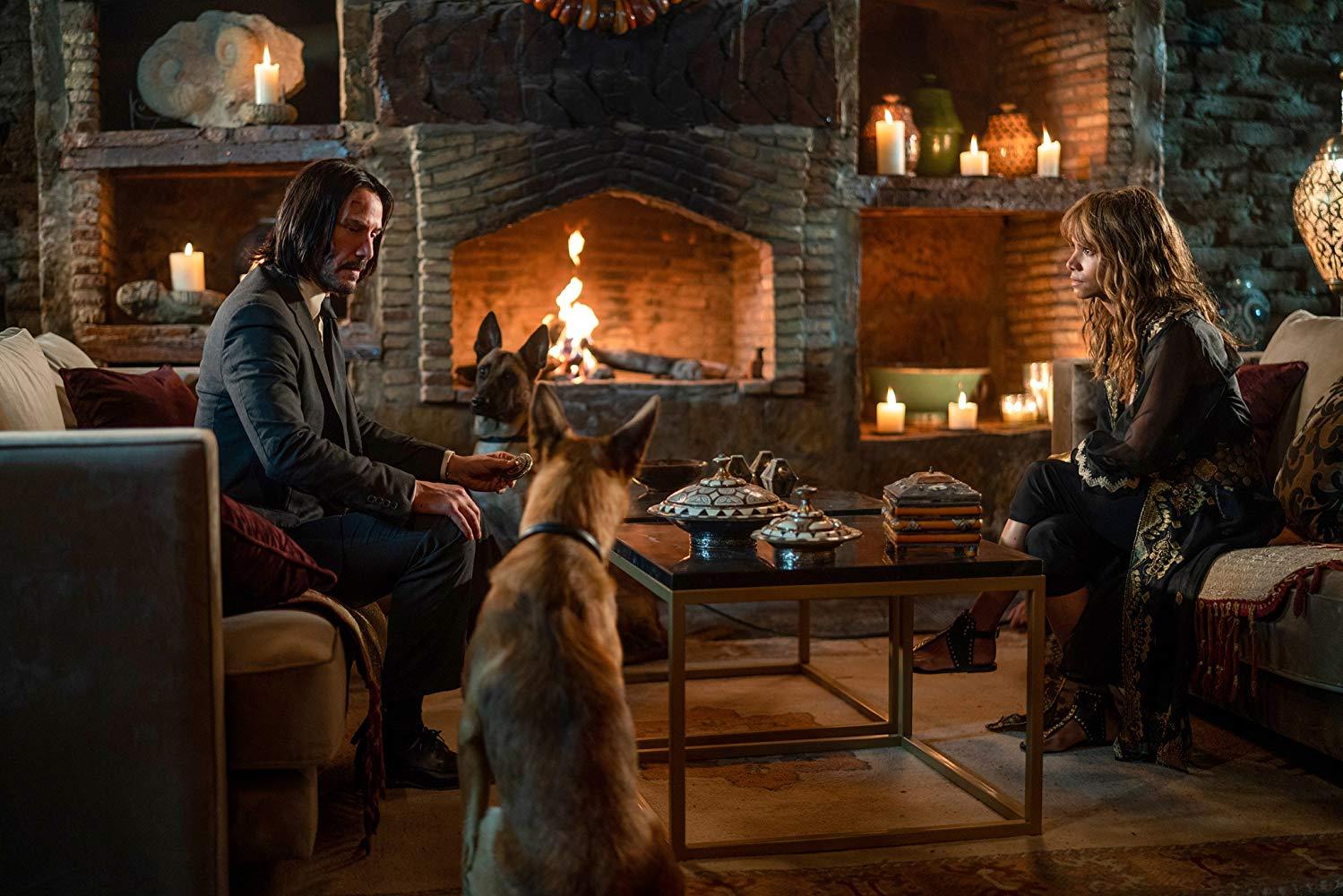John Wick 3: Parabellum, Halle Berry insieme a Keanu Reeves durante una scena del film