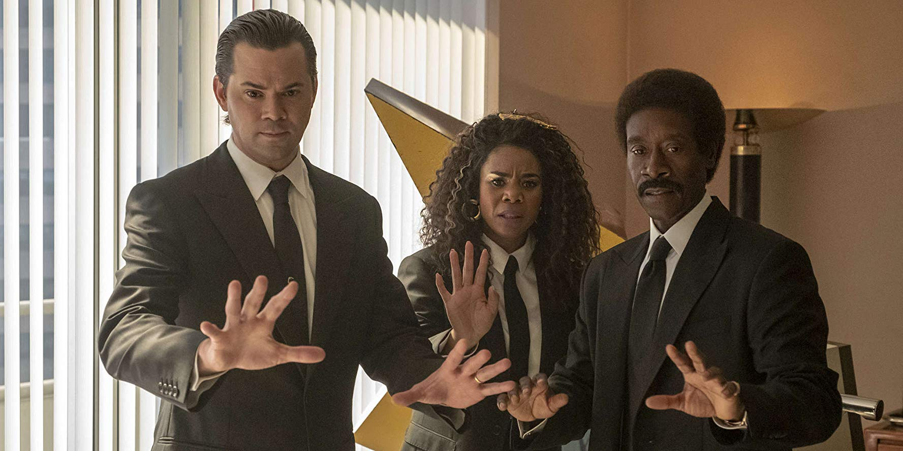 Black Monday Don Cheadle, Regina Hall, Andrew Rannells durante una scena