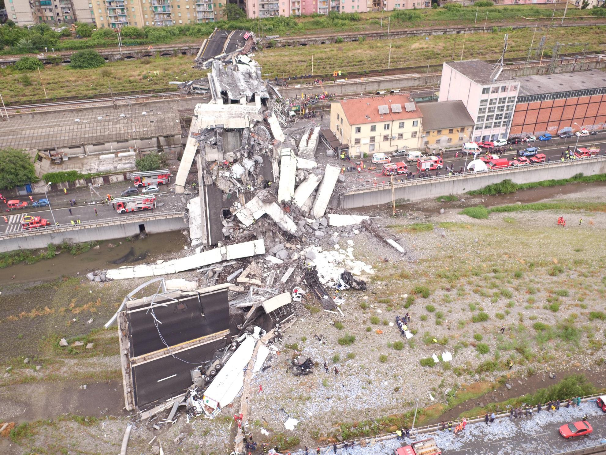 Il ponte di Genova: Cronologia di un disastro, una foto del ponte dopo il crollo