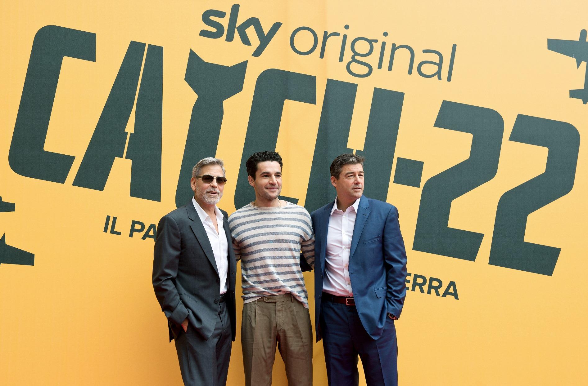 Catch-22: George Clooney, Kyle Chandler e Christopher Abbott in una foto della premiere europea a Roma presso il The Space Cinema Moderno