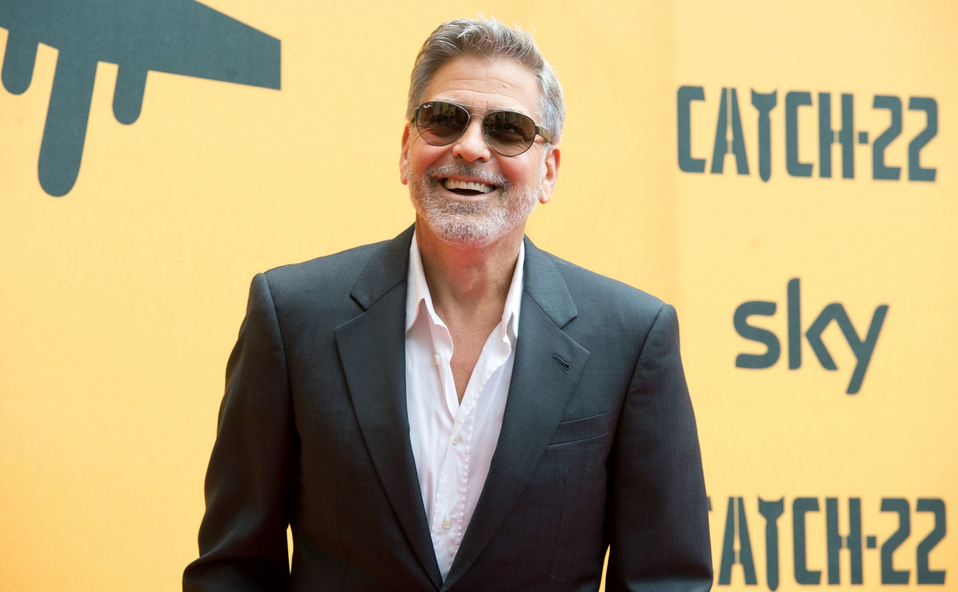 Catch-22: una foto di George Clooney durante la premiere europea a Roma presso il The Space Cinema Moderno