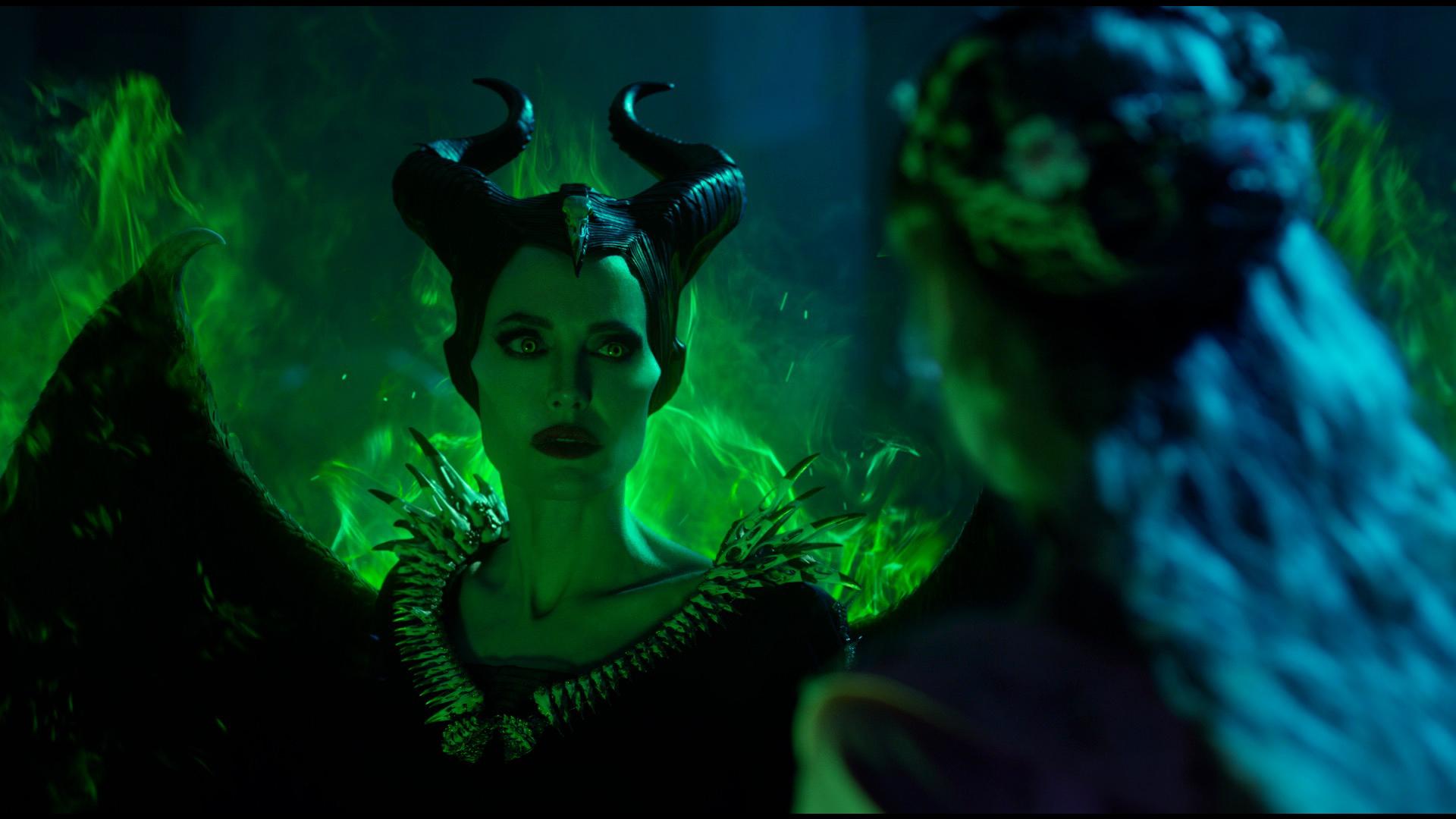 Maleficent: Signora del Male, Angelina Jolie ed Elle Fanning in una scena del film