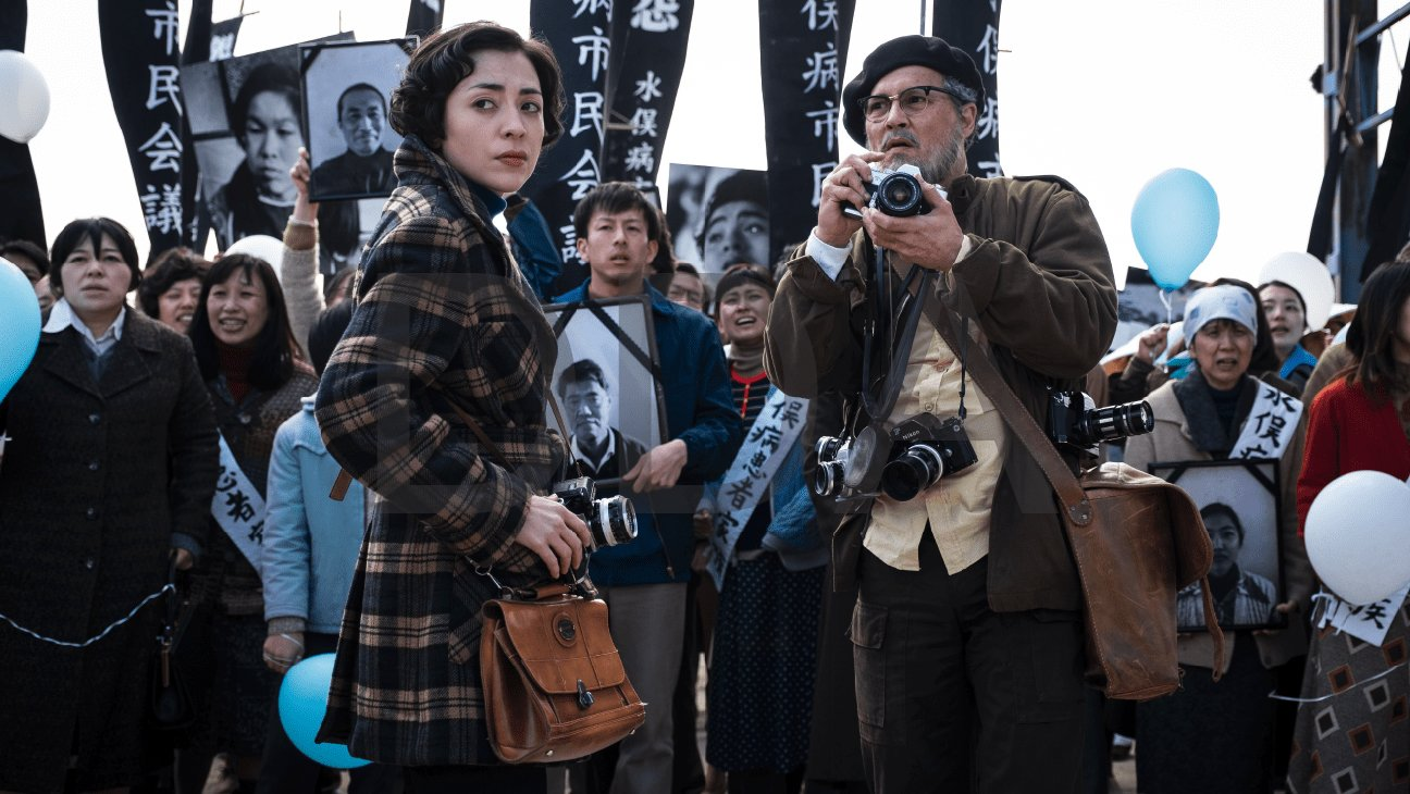 Minamata: un irriconoscibile Johnny Depp nella prima foto di scena
