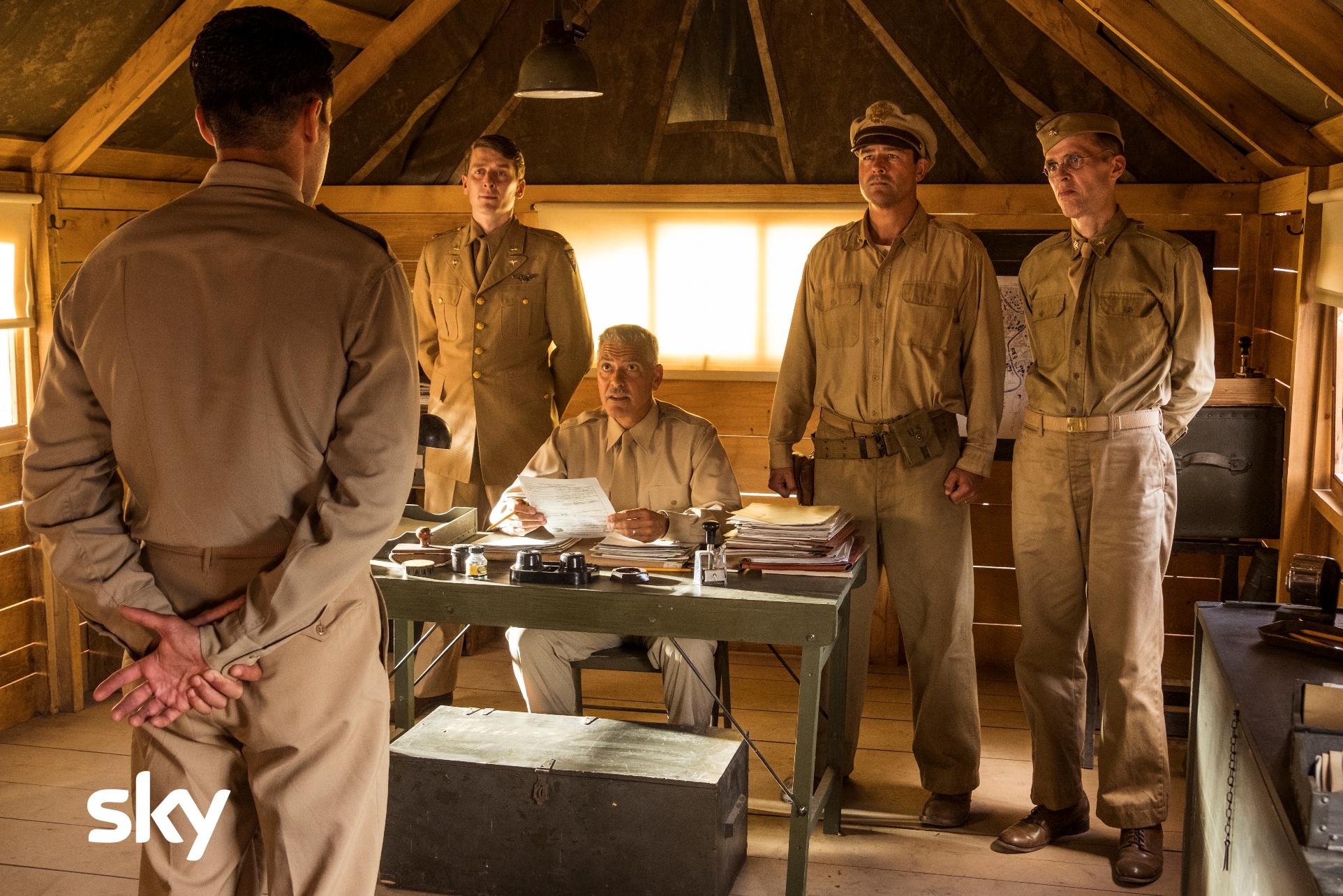 Catch-22: George Clooney e Kyle Chandler in una scena della serie