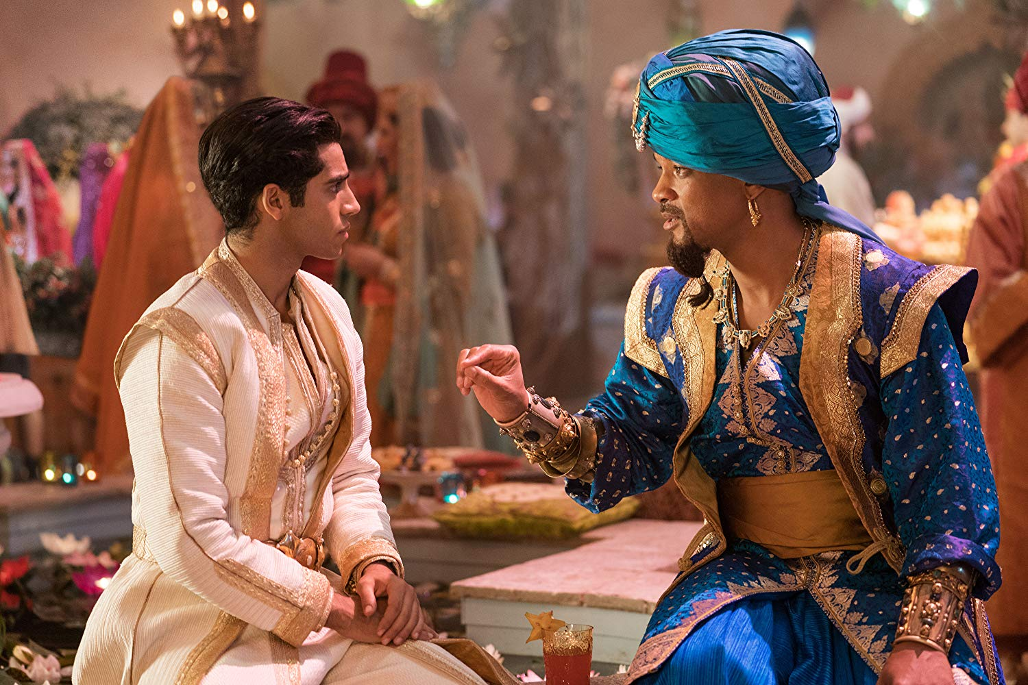 Aladdin: Mena Massoud con Will Smith in una scena del film