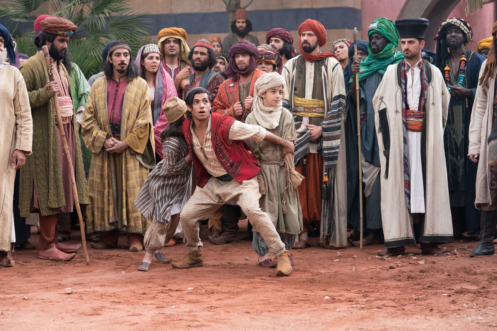 Aladdin:  Mena Massoud in una sequenza del film