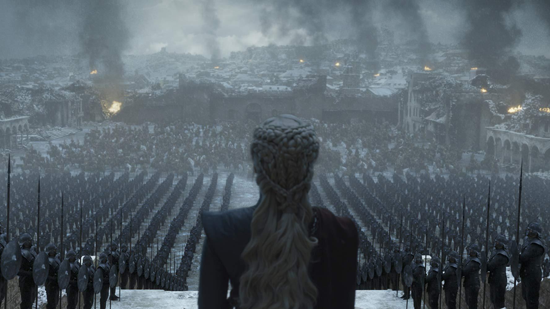 """Il trono di spade: Daenerys, Regina delle """"ceneri"""" di fronte al suo esercito nel finale di serie"""