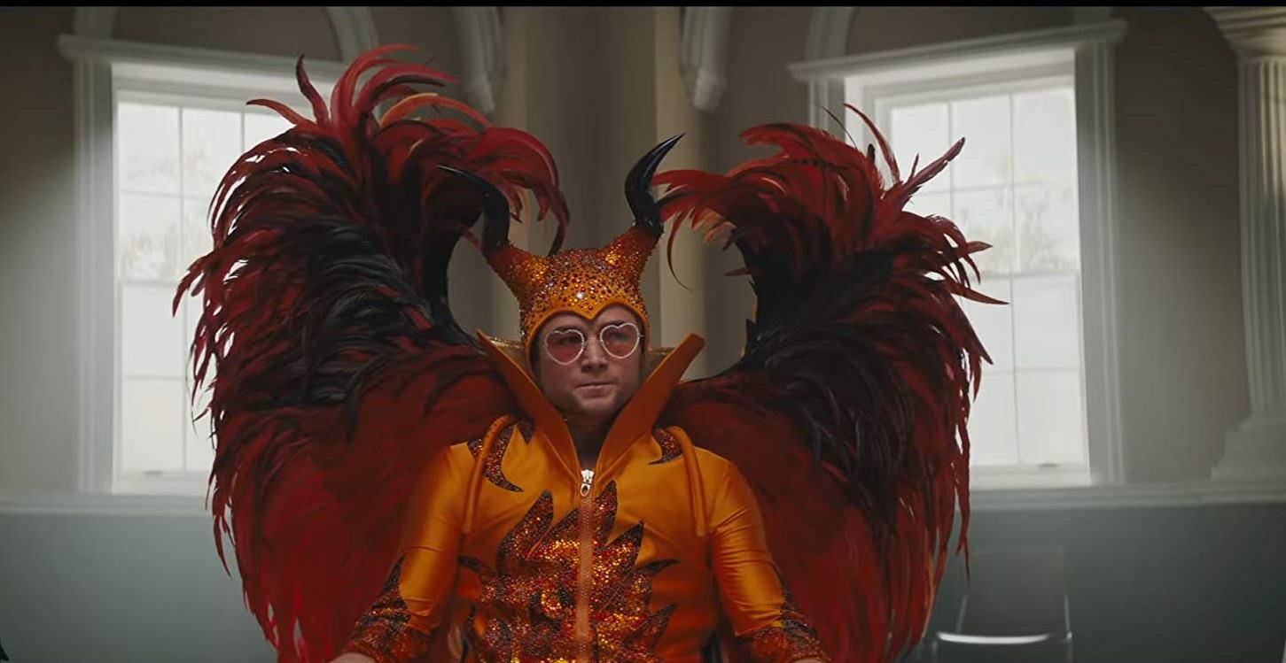Rocketman: Taron Egerton in uno dei favolosi costumi di scena