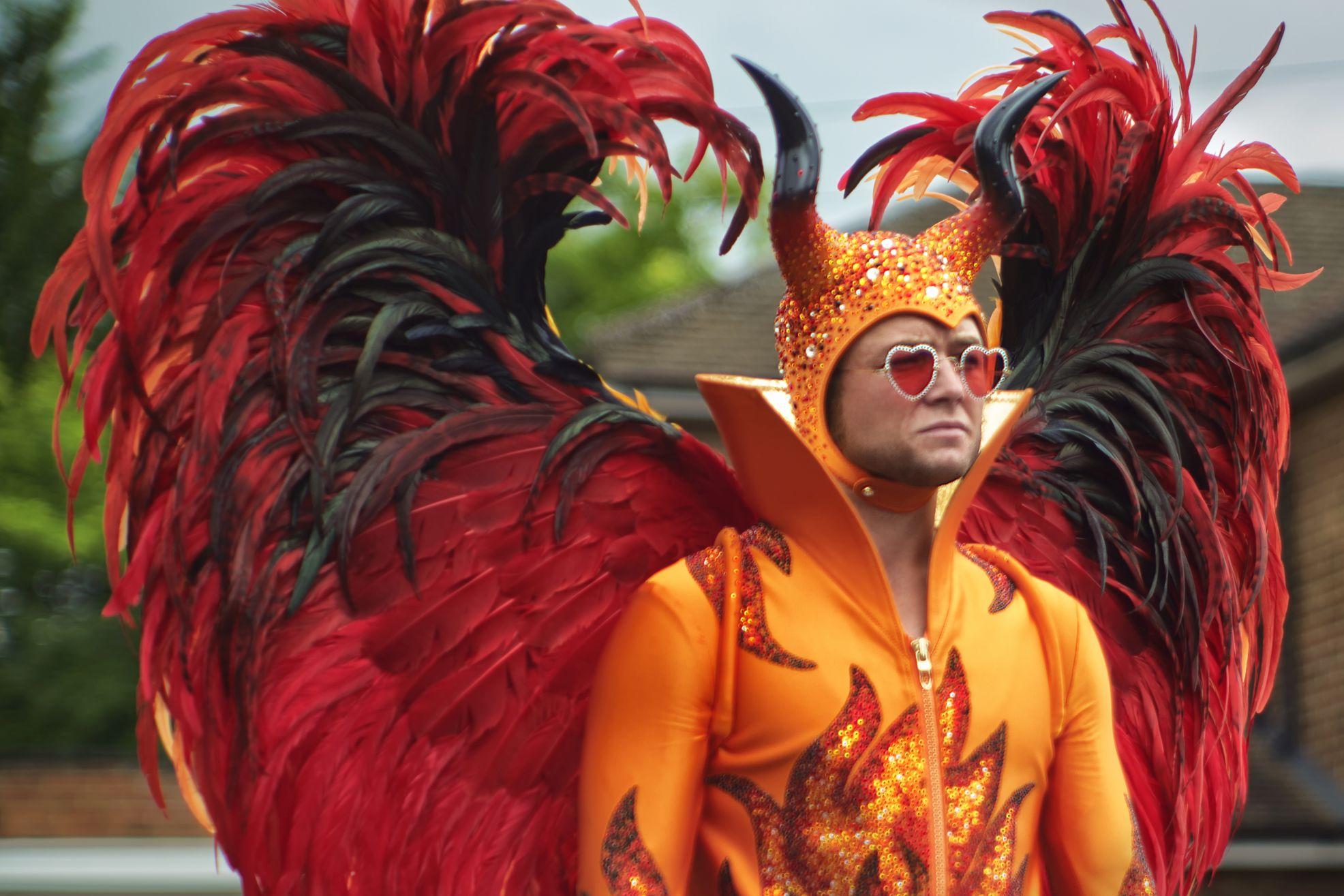 Rocketman: Taron Egerton con il bellissimo costume creato da Julian Day