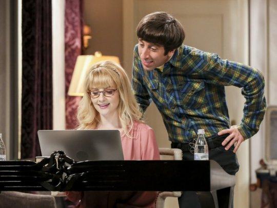 The Big Bang Theory:  Simon Helberg con Melissa Rauch in una scena del finale di serie