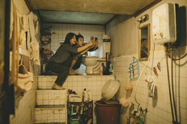 Parasite: Woo-sik Choi, So-dam Park in una scena