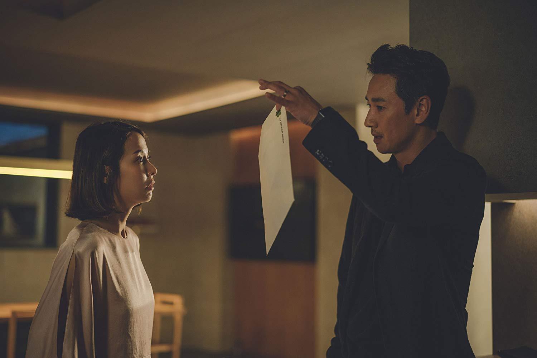 Parasite: Sun-kyun Lee con Yeo-Jeong Cho in un scena