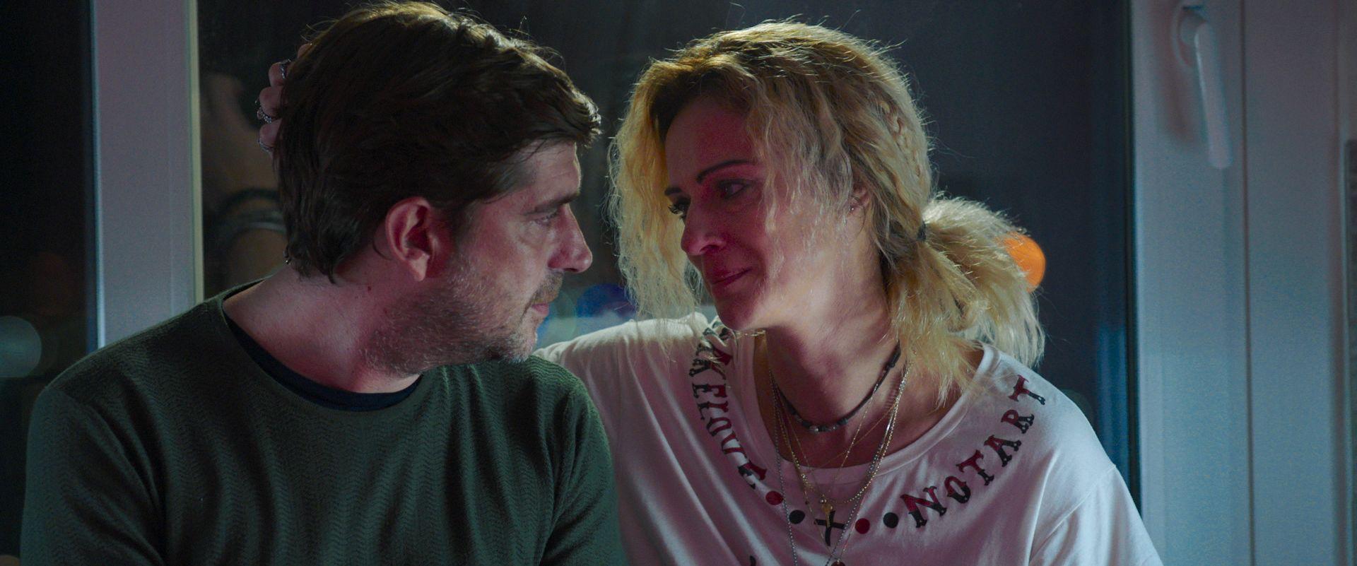 A Tor Bella Monaca non piove mai: Libero De Rienzo e Antonia Liskova in una scena del film
